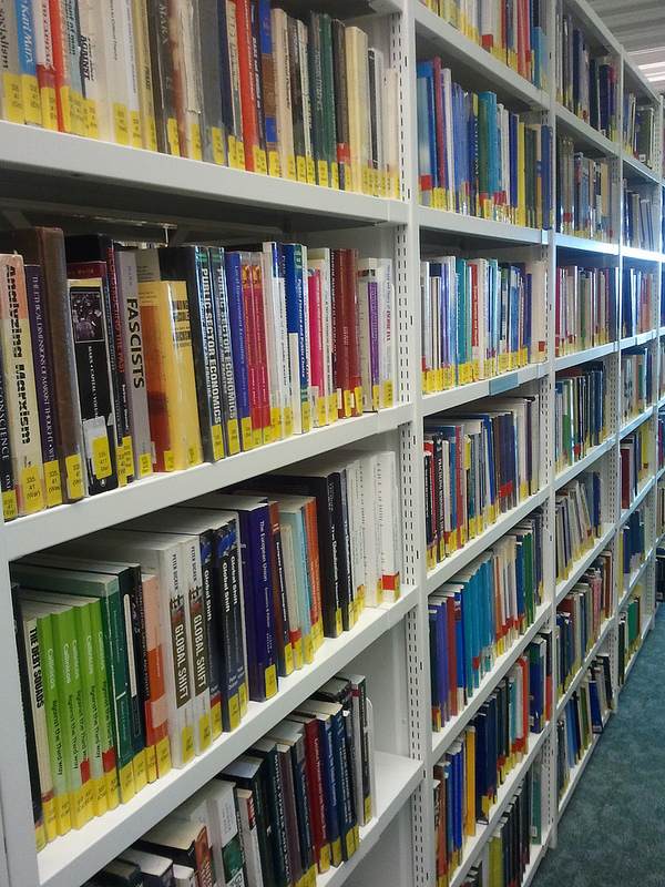 estanterias con libros